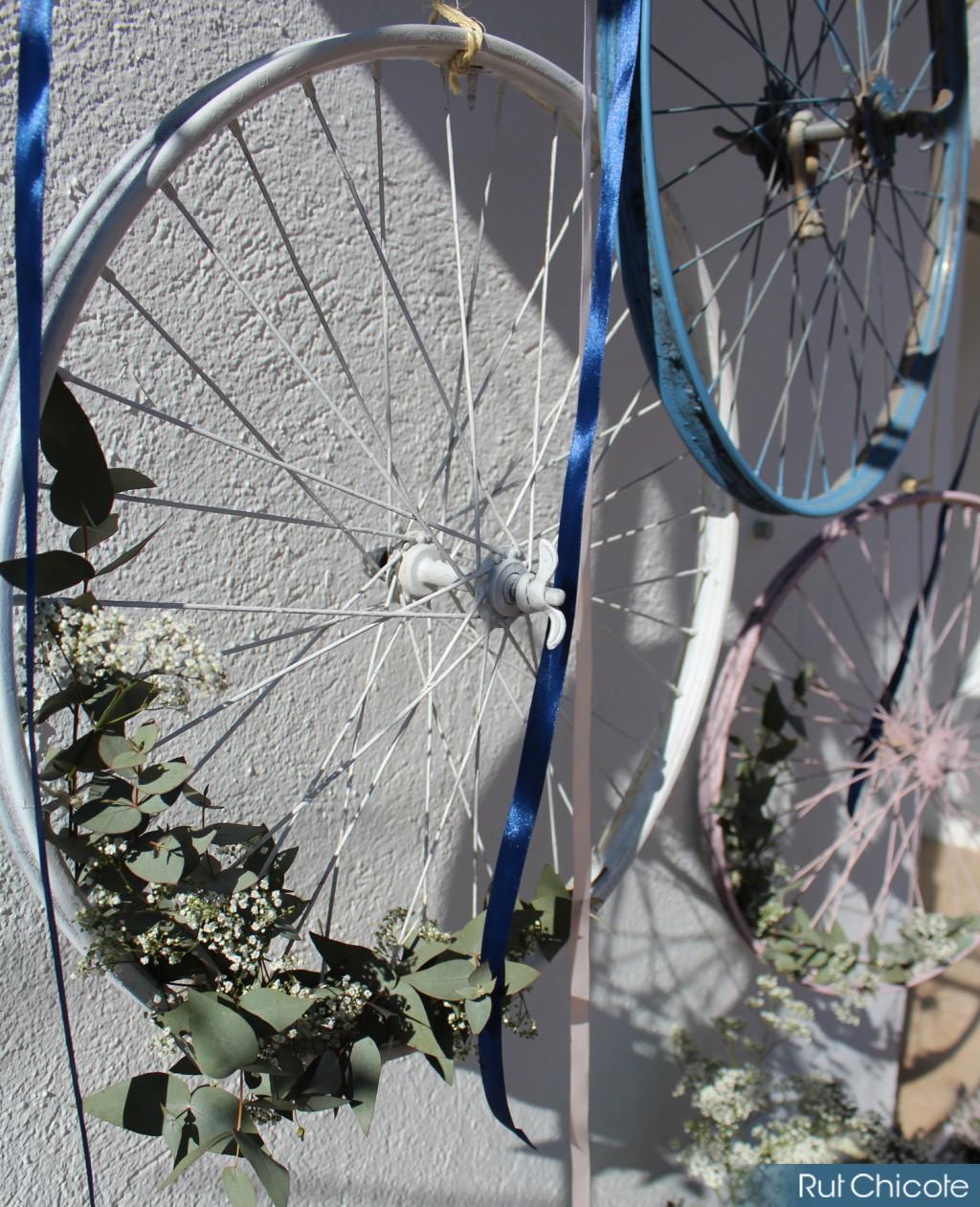 Llantas-decoradas-con-flores-para-decoración-de-mesas